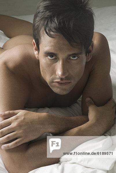 liegend  liegen  liegt  liegendes  liegender  liegende  daliegen  Mann  Hispanier  Bett  nackt liegend, liegen, liegt, liegendes, liegender, liegende, daliegen ,Mann ,Hispanier ,Bett ,nackt