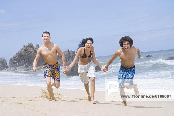 Freundschaft Strand rennen multikulturell