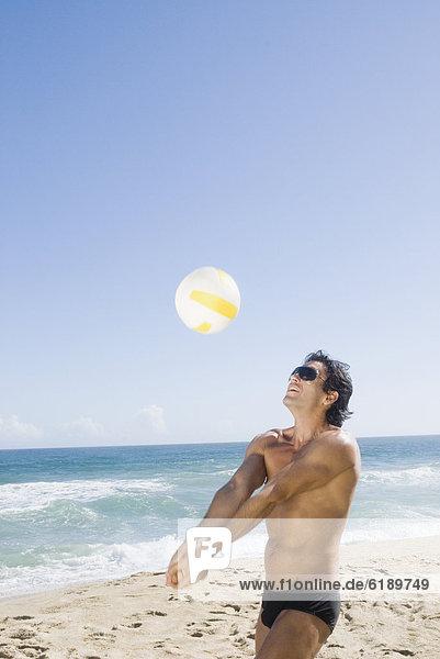 Mann  Strand  Hispanier  Volleyball  spielen