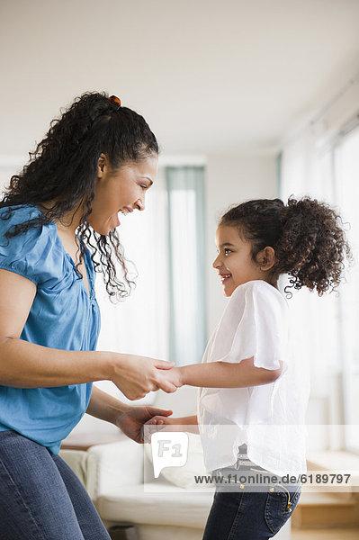 Mutter und Tochter tanzen