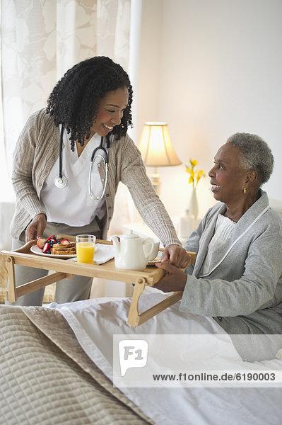 Frau  geben  Bett  Frühstück