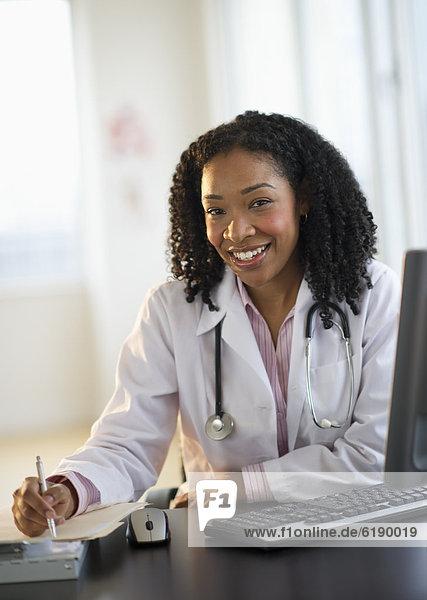 Schreibtisch  arbeiten  Arzt  mischen  Mixed