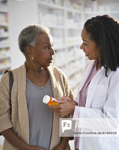 Frau  Gesundheitspflege  erklären  Pharmazie