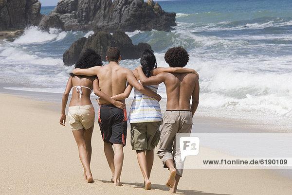 Freundschaft  gehen  Strand  multikulturell