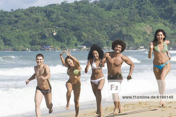 Multi-ethnischen Freunde auf Strand