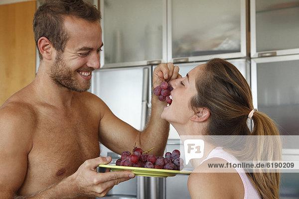 Europäer  Mann  Ehefrau  Weintraube  füttern