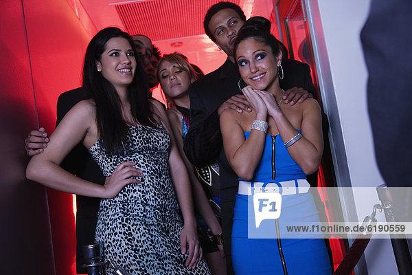 Frau  Eingang  Glamour  Nachtklub  flirten