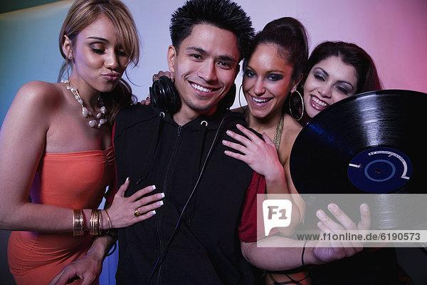 Frau  Nachtklub  flirten  multikulturell  DJ