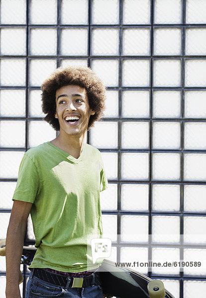 Jugendlicher  lachen  tragen  Skateboard  mischen  Mixed