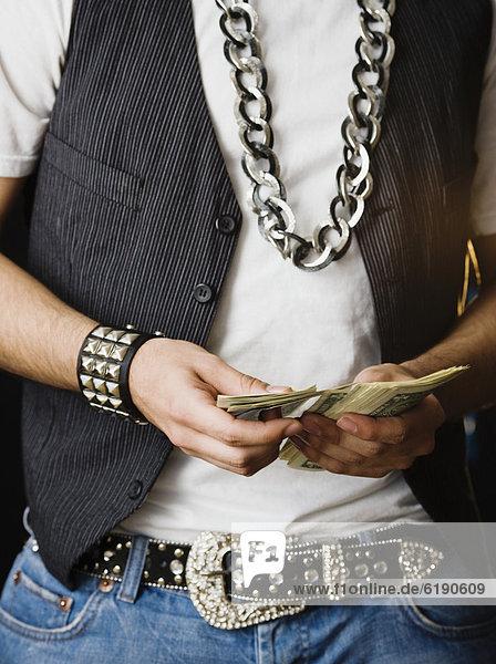 Stapel  Mann  Hispanier  Geld  zählen  Felssäule