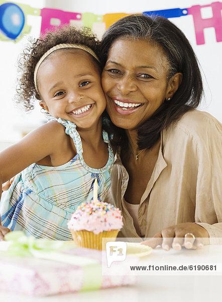 umarmen  Enkeltochter  Großmutter  Geburtstag