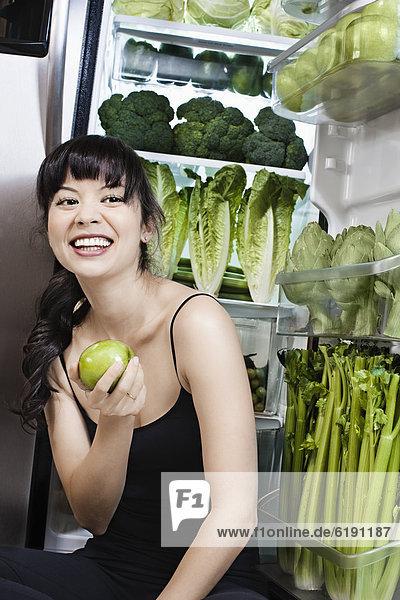 nahe Frau grün Gemüse mischen Kühlschrank Apfel Mixed