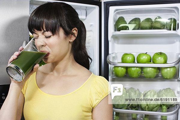 nahe Frau Getränk Gesundheit grimassieren Grimasse Grimassen schneiden das Gesicht verziehen mischen trinken Kühlschrank Mixed