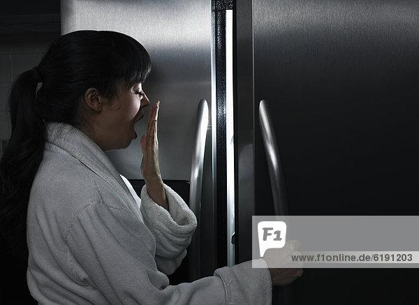 Frau  sehen  Nacht  müde  mischen  Kühlschrank  Mixed