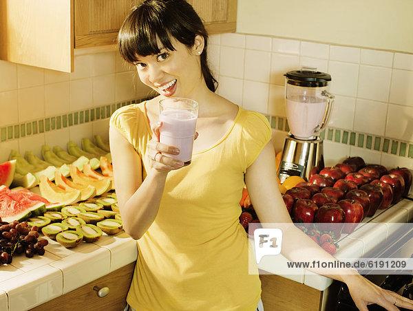 Frau  Küche  mischen  trinken  Mixed  smoothie