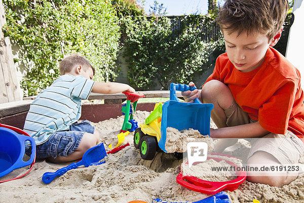 Europäer  Bruder  Sandkasten  spielen