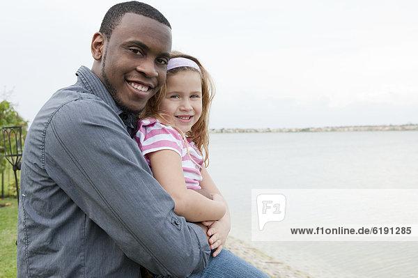 umarmen  Menschlicher Vater  Ufer  Tochter