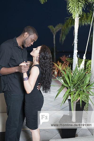 Zusammenhalt  Nacht  tanzen  Veranda