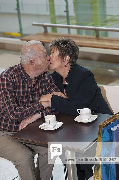 Senior  Senioren  küssen  Hispanier  Cafe