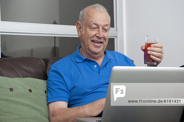 Senior  Senioren  benutzen  Mann  Getränk  Notebook  Hispanier  halten