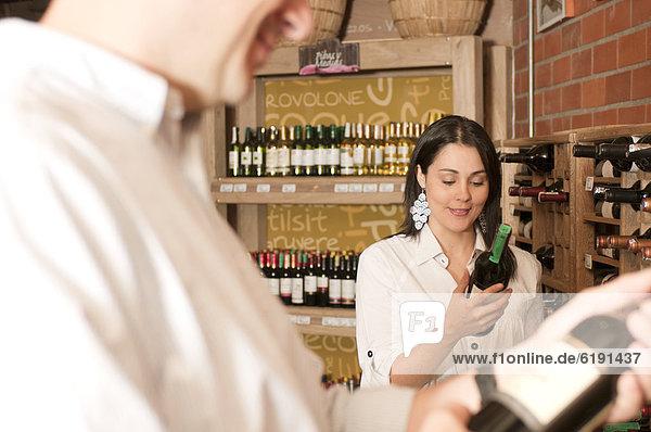 Frau  sehen  Wein  Hispanier  Laden