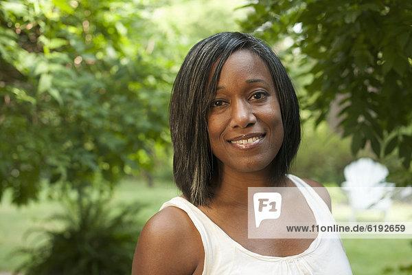 Außenaufnahme  stehend  Frau  lächeln  amerikanisch  freie Natur
