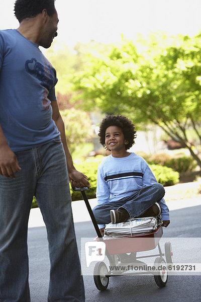 ziehen  Menschlicher Vater  Sohn  Recycling