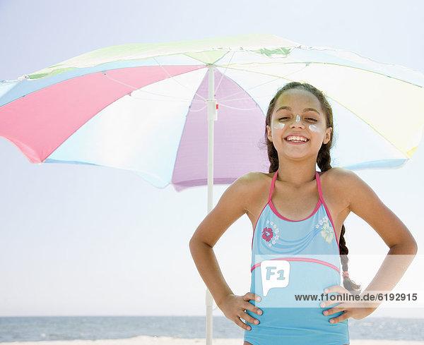 Strand  Regenschirm  Schirm  Hispanier  unterhalb  Sonnencreme  Mädchen  Sonnenschirm  Schirm