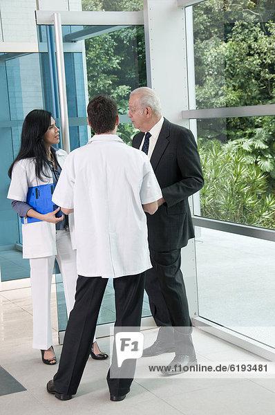Eingangshalle  sprechen  Geschäftsmann  Arzt  Hispanier