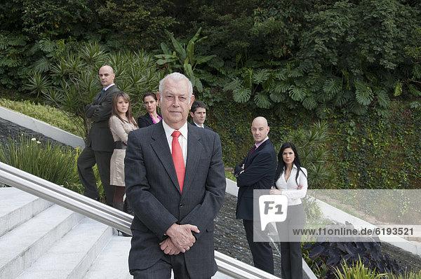 Stufe  Außenaufnahme  stehend  Zusammenhalt  Mensch  Menschen  Hispanier  Business  freie Natur