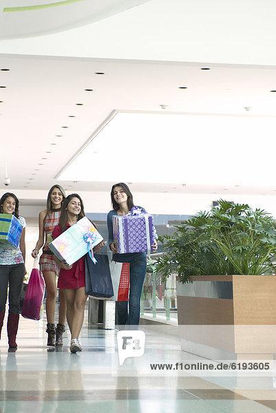 Geschenk Einkaufszentrum Freundschaft tragen Hispanier kaufen