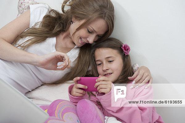 Handy  sehen  Hispanier  Tochter  Mutter - Mensch