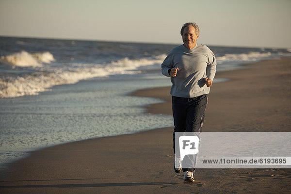 Mann am Strand ausgeführt