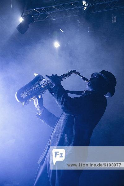 Bühne Theater  Bühnen  schwarz  Musiker  spielen  Saxophon