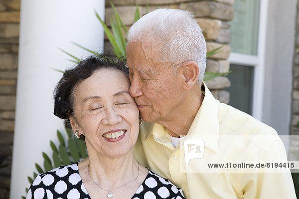 Senior  Senioren  Mann  Ehefrau  küssen  chinesisch