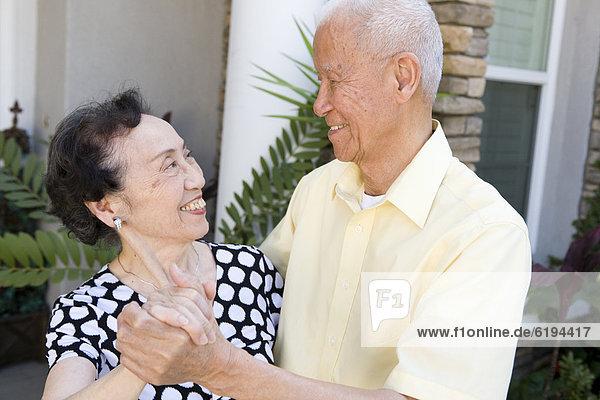 Außenaufnahme  Senior  Senioren  tanzen  chinesisch  freie Natur