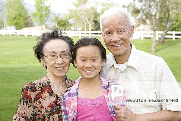 Außenaufnahme  stehend  chinesisch  Großeltern  Enkeltochter  freie Natur