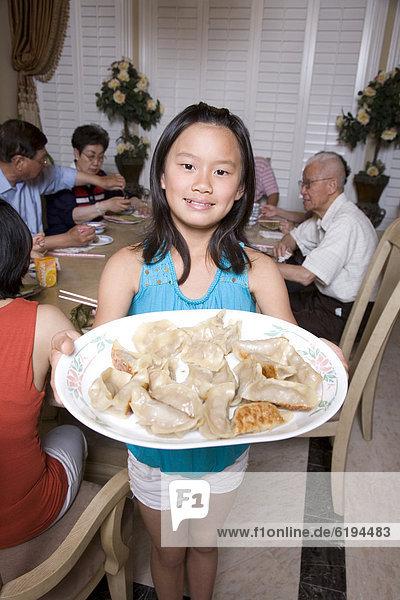 geben  chinesisch  Kloß  Mädchen