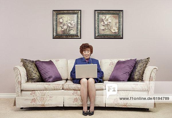 Senior  Senioren  benutzen  Europäer  Frau  Notebook  Couch