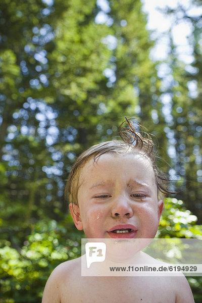 Außenaufnahme  weinen  Junge - Person  freie Natur Außenaufnahme ,weinen ,Junge - Person ,freie Natur
