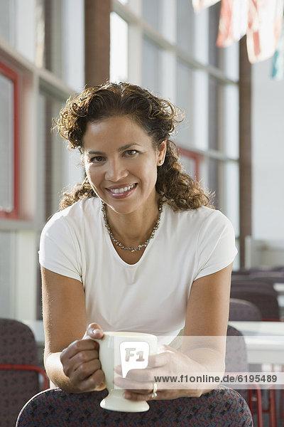 Geschäftsfrau  Tasse  Hispanier  halten  Kaffee