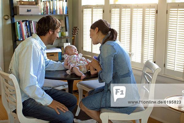 Europäer  Fröhlichkeit  Bewunderung  Menschliche Eltern  Tochter  Baby