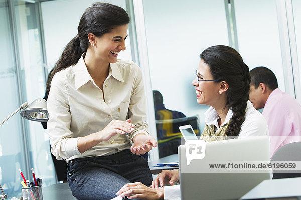 Zusammenhalt  Geschäftsfrau  arbeiten  Hispanier  Büro