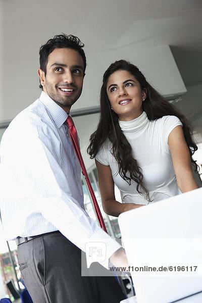 Zusammenhalt  Mensch  Büro  Menschen  lächeln  arbeiten  Business