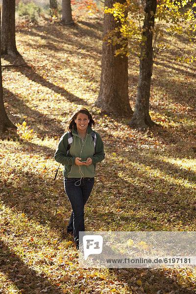 Jugendlicher  Europäer  gehen  Wald  Spiel  MP3-Player  MP3 Spieler  MP3 Player  MP3-Spieler