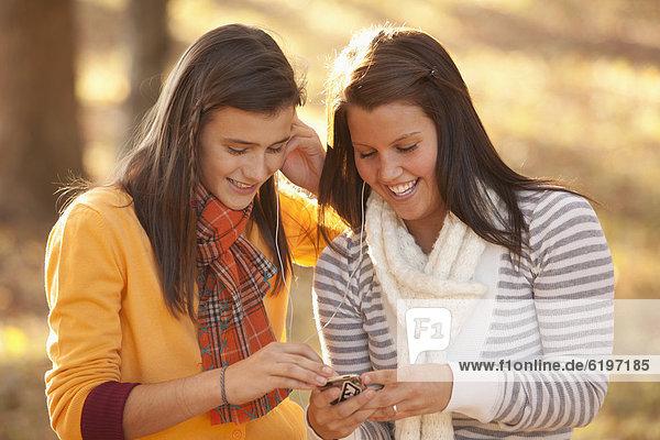 Jugendlicher  Europäer  teilen  Spiel  MP3-Player  MP3 Spieler  MP3 Player  MP3-Spieler