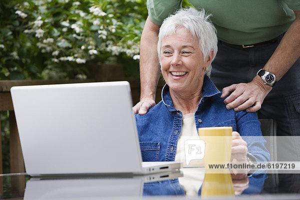 Außenaufnahme  Senior  Senioren  sehen  Notebook  freie Natur