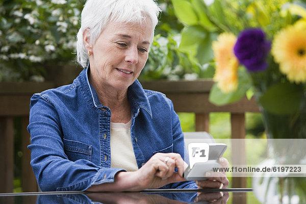 Außenaufnahme  Senior  Senioren  benutzen  Frau  Elektronik  freie Natur