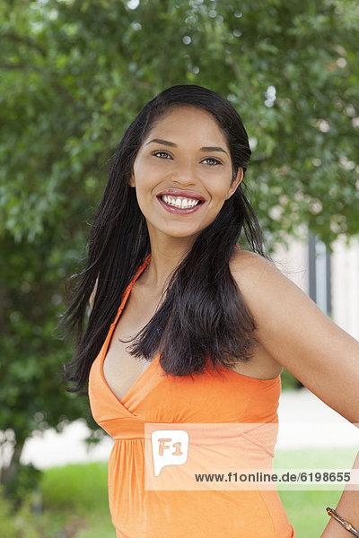 Außenaufnahme  stehend  Frau  lächeln  mischen  Mixed  freie Natur