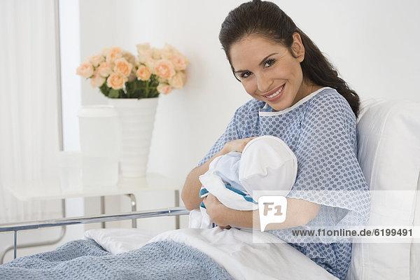 Neugeborenes  neugeboren  Neugeborene  Krankenhaus  Hispanier  halten  Bett  Mutter - Mensch  Baby